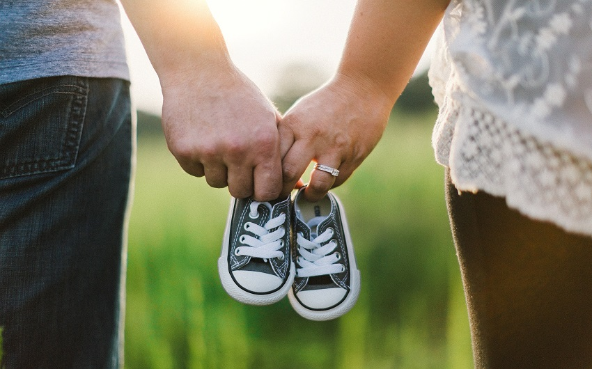 手をつないで靴を持っている男女