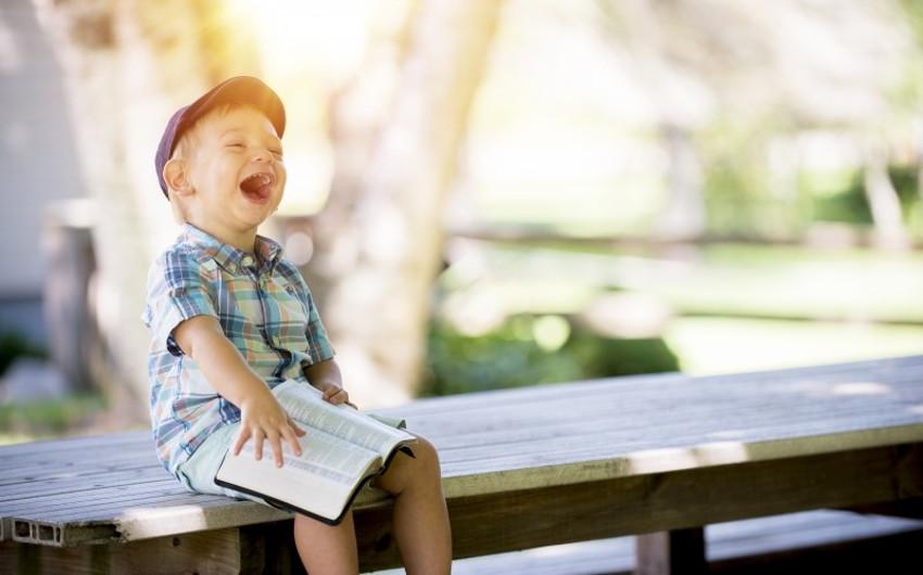 楽しそうに笑っている男の子