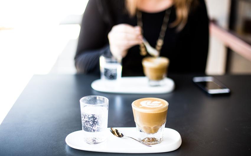 喫茶店でコーヒーを飲むカップル