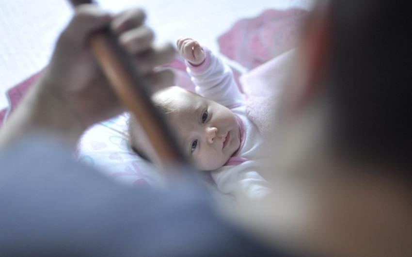 赤ちゃんを見つめる男性
