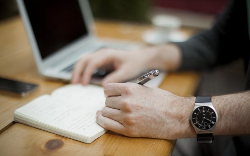 これで転職時の不安解消!「残業が多い業界・少ない業界」を見極めるポイントのアイキャッチ
