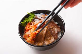 ②焼いた焼肉と、キムチやお好みのサラダ、辛味噌を載せる。