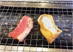 ①肉といなりを焼く(いなりは皮に焦げ目がつく程度)