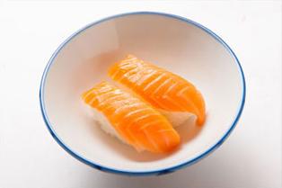 ①お茶碗にサーモン寿司を2貫入れる。