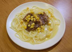 ③焼いた肉をスパゲッティの上に載せ、サラダコーナーのコーンをトッピングします。