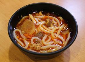①うどんを茹でて、カルビスープに投入します。