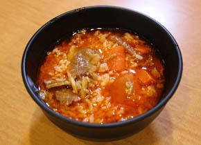 ①カルビスープにご飯を投入します