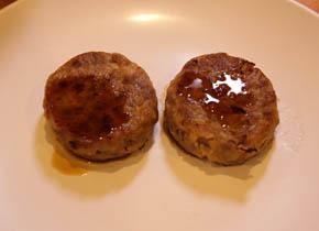 ①ハンバーグの両面を焼き、片面に焼肉のタレをつけます。