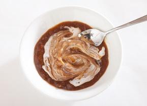 ②ヨーグルトを適量投入し、混ぜ合わせます。