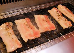 ①豚カルビを焼きます。