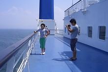甲板でビデオを撮っている韓国人