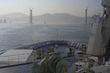 建設中の釜山港大橋の橋脚が見える