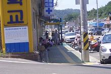 高校前のバス停が、老人の憩いの場になっている