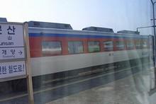 対向列車とすれ違う