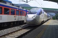 ソウル行き高速列車KTXが入ってくる