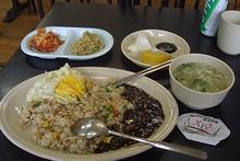 駅前の食堂で、「チャジャンソース付き、ポックンパプ(炒飯)」を食べる