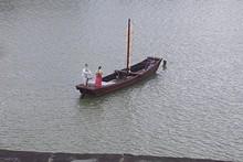 南江に浮かぶ舟と人形2体