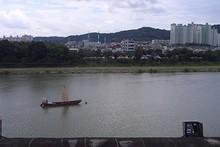 南江と対岸の住宅街
