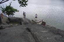 飛び出している岩は、義岩(ウィアム)