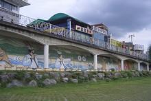 河川敷駐車場の壁画