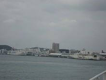 出発した岸壁を望む 左奥の船は韓国行きフェリー「ソンヒ」