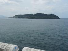 六連島東側を通過