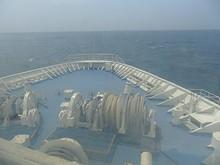 フォワードサロン(2等デッキの船首側にあるサロン)から見た船首甲板と玄界灘
