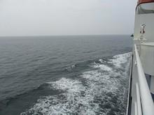青島沖合いを西へ進む