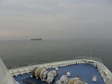 並走する貨物船