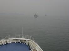 一列に並んで青島・黄島港へ