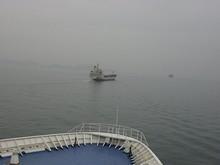 貨物船と並んで西へ西へ
