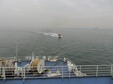 パイロット艇が船尾をぐるぅぅっと回ってやって来た