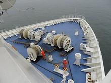 船首甲板で作業中・・・