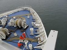 船首甲板にて作業員が休憩中・・・