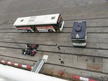 接岸完了! 甲板から見た送迎バスとタラップ、荷物群