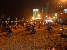 夜8時にもかかわらず、たくさんの人が泳いでいる