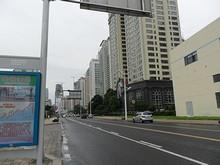 新市街と奥帆基地バス停(オリンピック帆船競技の会場がそばにある)