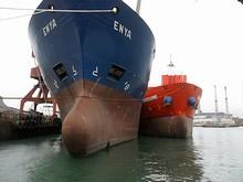 貨物船エンヤ号。バルバスバウ(球状船首)が水面上に出るくらい喫水が浅い