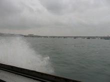 スピードを上げて胶州湾を疾走