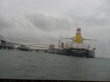 大型の貨物船が泊まっています
