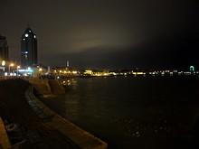 夜の海水浴場。こんな時間でもまだ泳いでいます。みんな元気です