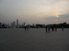 南京駅に到着!夕暮れが迫っています。左奥は玄武湖公園