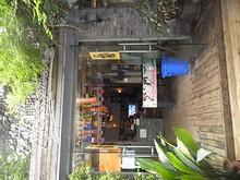 ホステルのフロント兼バー入口