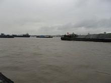 たくさんの貨物船が行きかいます