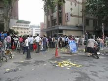 上海路にある病院に集まるやじうま