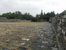 門の上の石畳