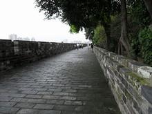 隣の門まで城壁の上を歩いて行けます