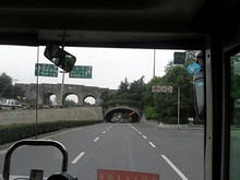 門の下を通るトンネル