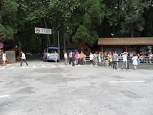 霊谷寺前の観光ミニバス乗り場と並んでいる人たち