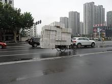 めっさ荷物を積んだ3輪自転車
